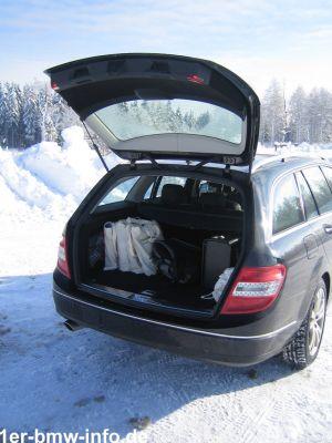 Kofferraum reicht gerade für das Gepäch von 4 Leuten