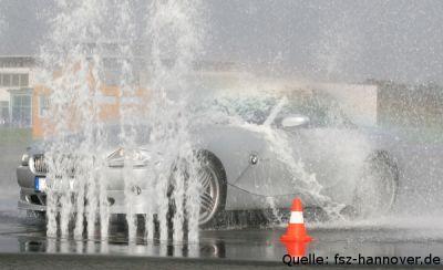 Wassersäulen als Hindernisse, Bremsübung [Quelle: fsz-hannover.de]