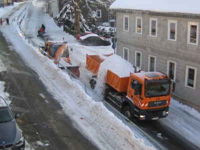 Unimog mit Schneefräse und MAN 6x4 Kipper im Einsatz